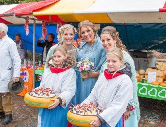 Foto's Kaaskoningin en hofdames bezoeken Open &Classic en markt