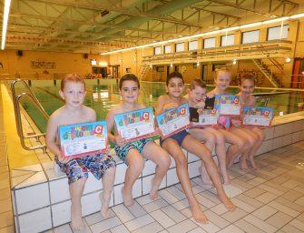 Kinderen zwemmen af voor zwemdiploma C