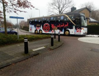 Kerstbus All You Need Is Love gespot in Waarder