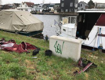Zeil van bootje in brand in Bodegraven