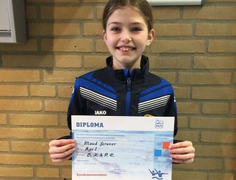 Diploma voor BZ&PC synchroonzwemster Maud Straver