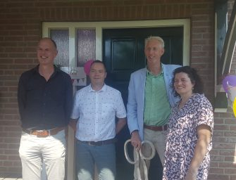 Opening 1e gezinshuis in Driebruggen door wethouder Smits