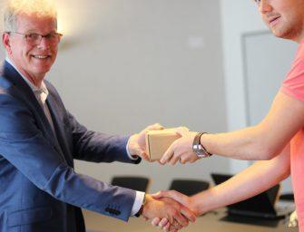 Sportwethouder Dirk-Jan Knol reikt ID-scanners uit in gemeentehuis