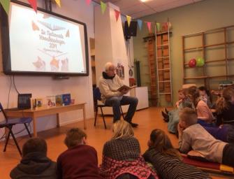 Bram van der Vlugt leest voor op de Milandschool