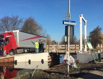 Vrachtwagen vastgereden op Lecksdijk in Reeuwijk