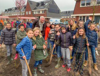 Kinderen planten bomen en struiken in Bodegraven