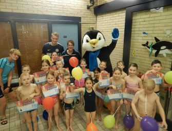 Zeventien kinderen behalen zwemdiploma B bij Sportcentrum De Kuil