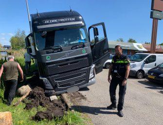 Vrachtwagen vast in de berm in Bodegraven