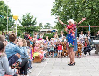 Leerlingen nemen dansend afscheid van Juf Mieke