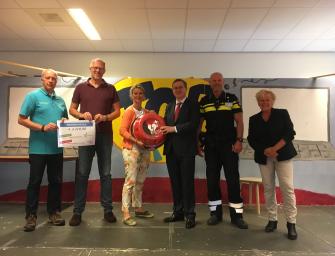 De Willibrord is jarig en doneert AED en gift aan de wensambulance!