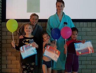 Drie kinderen met een beperking behalen zwemcertificaat