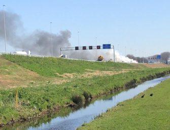 Brandweer uitgerukt voor felle autobrand langs snelweg A12