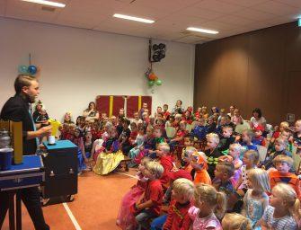 Willibrord-leerkrachten vieren hun verjaardag met een spectaculaire goochelshow